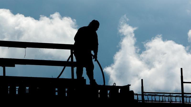 Ein Bauarbeiter auf einer Baustelle. Foto: Julian Stratenschulte/dpa/Symbolbild