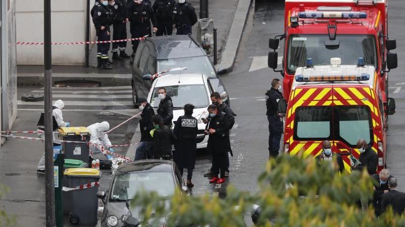 Polizisten umzingeln den Tatort in Paris. Mittlerweile konnte der mutmaßliche Täter festgenommen werden. Foto: Thibault Camus/AP/dpa