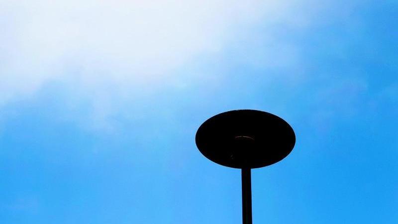 Eine Sirene steht auf dem Dach eines öffentlichen Gebäudes. Foto: Martin Gerten/dpa/Symbolbild