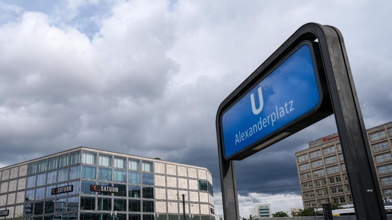 Dunkle Wolken sind am Himmel über dem Alexanderplatz zu sehen. Foto: Jens Kalaene/dpa-Zentralbild/dpa/Symbolbild