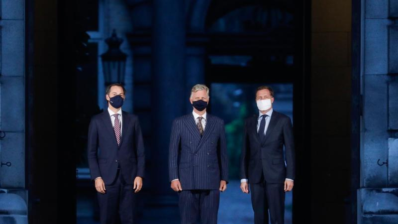 Alexander De Croo (l-r), Minister für Finanzen und Entwicklungshilfe, König Philippe von Belgien und Paul Magnette, Bürgermeister von Charleroi, bei einem Treffen im Königspalast in Brüssel. Foto: Thierry Roge/BELGA/dpa