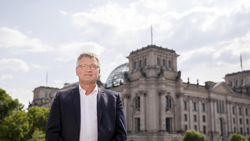 AfD-Chef Jörg Meuthen vor dem Reichstagsgebäude in Berlin. Meuthen will im kommenden Jahr nicht für den Bundestag kandidieren. Foto: Christoph Soeder/dpa