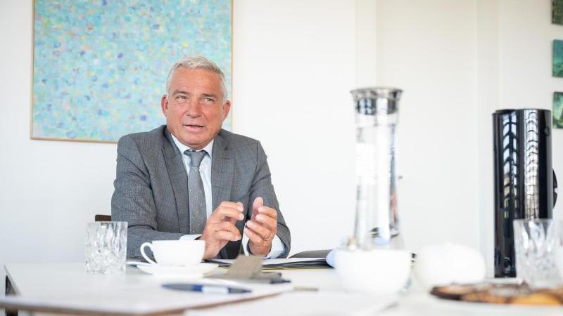 Thomas Strobl (CDU), Innenminister von Baden-Württemberg, spricht bei einer Pressekonferenz. Foto: Sebastian Gollnow/dpa/Archivbild