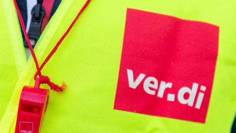 Das Verdi-Logo prangt an einer Warnweste. Foto: Christophe Gateau/dpa/Symbolbild