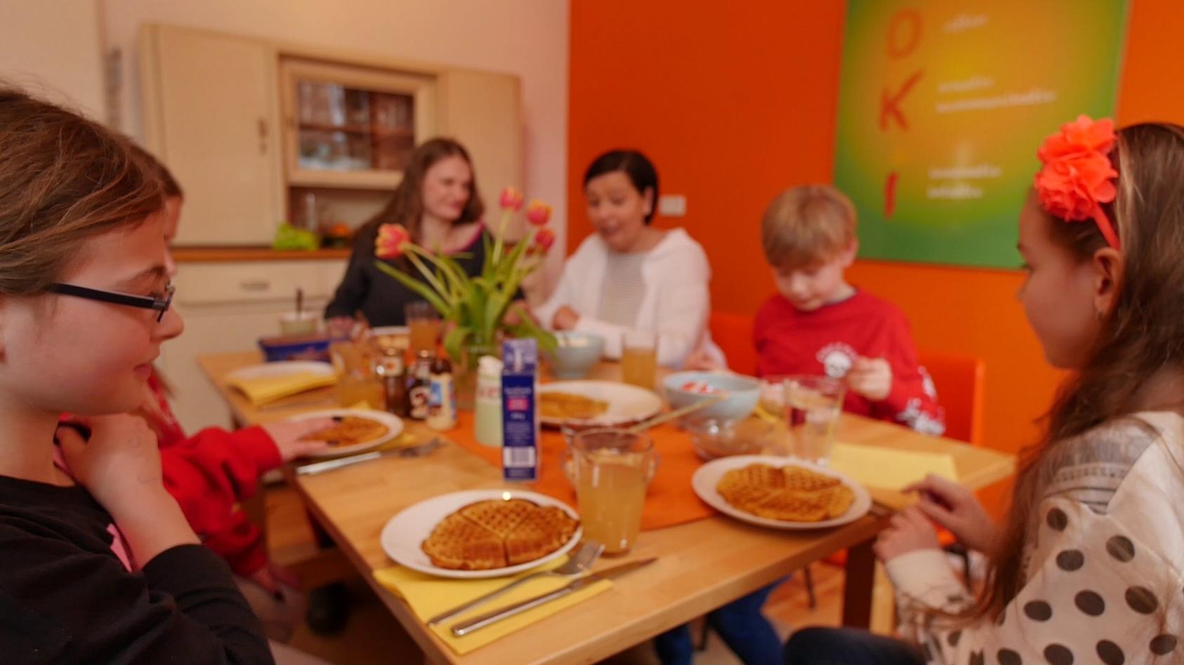 """""""Moki"""" Gründerin Annette Seydlitz mit einer Familie"""