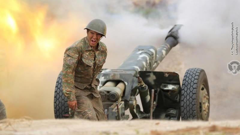Ein armenischer Soldaten feuerte eine Kanone an. Die Zusammenstöße zwischen armenischen und aserbaidschanischen Streitkräften in der umstrittenen Region Berg-Karabach eskalieren weiter. Das Foto stammt vom armenischen Verteidigungsministerium. Foto: -/Arm