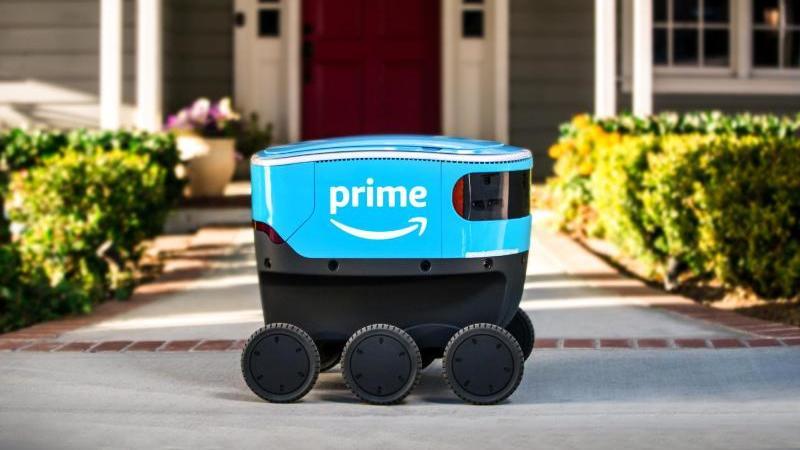 Ein Lieferroboter von Amazon fährt testweise über einen Gehweg. Foto: Amazon/dpa/Archivbild