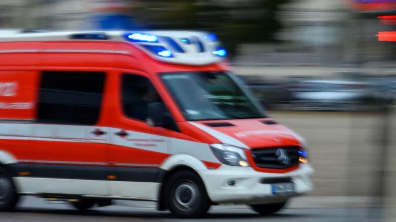 Ein Rettungsfahrzeug der Feuerwehr im Einsatz. Foto: Jens Büttner/dpa-Zentralbild/ZB/Symbolbild