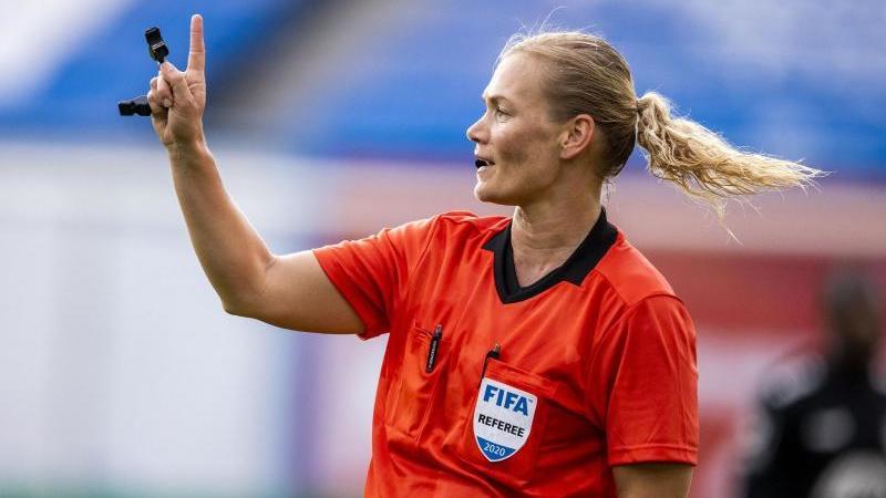 Schiedsrichterin Bibiana Steinhaus gestikuliert während des Spiels. Foto: Jens Büttner/dpa/Archivbild
