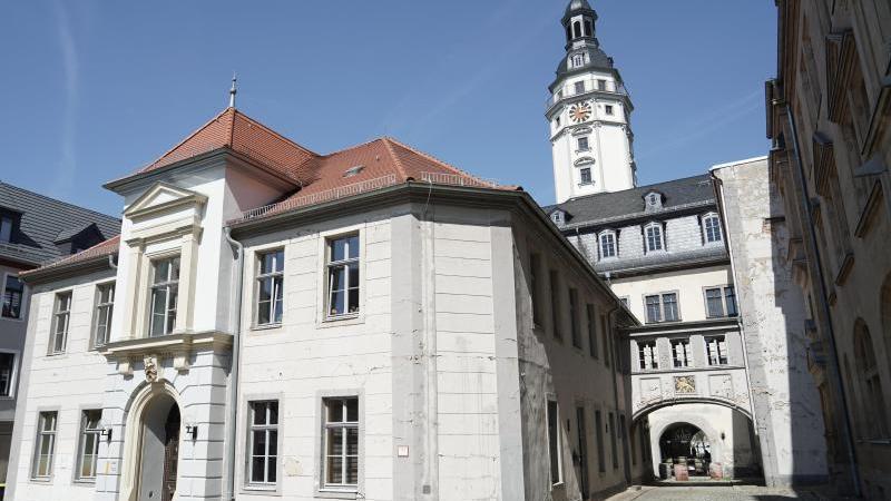 Blick auf das Geraer Rathaus. Foto: Jörg Carstensen/dpa/Archivbild