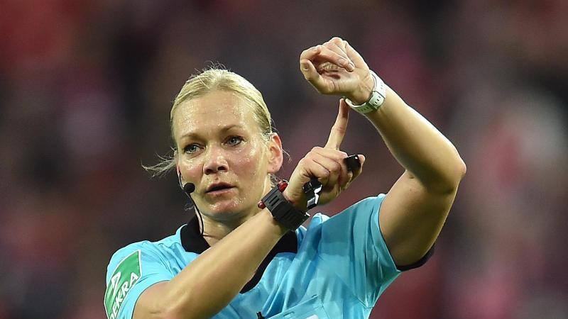 Schiedsrichterin Bibiana Steinhaus startet ihre Uhr. Foto: Torsten Silz/dpa/Archivbild