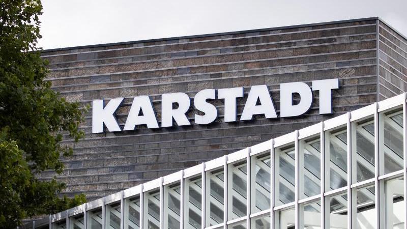 Der Schriftzug einer Karstadt Filiale. Foto: Christian Charisius/dpa/Archivbild