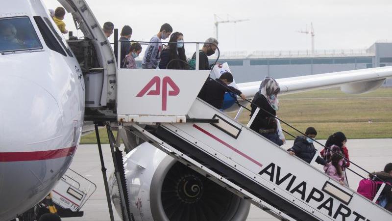 Schutzsuchende steigen aus einem Flugzeug am Flughafen Hannover. Foto: Julian Stratenschulte/dpa/Archivbild