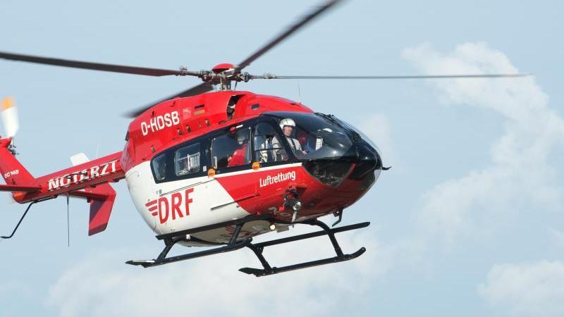 Ein Rettungshubschrauber fliegt während eines Einsatzes durch dieLuft. Foto: Stefan Sauer/zb/dpa/Symbolbild