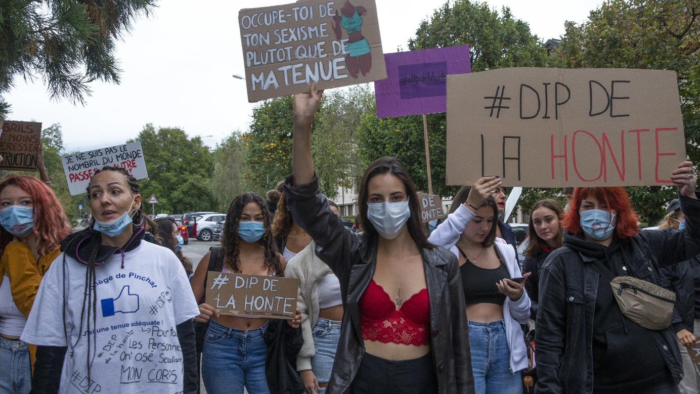 In Genf demonstrierten Jugendliche gegen die Kleiderordnung an den Schulen.