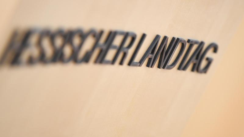 """Der Schriftzug """"Hessischer Landtag"""" prangt auf dem Rednerpult des Plenarsaals. Foto: Arne Dedert/dpa Pool/dpa/Symbolbild"""