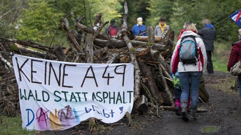 """""""Keine A49"""" steht auf einem Transparent, die von Waldbesetzern auf einem Weg errichtet wurde. Foto: Boris Roessler/dpa/Archivbild"""