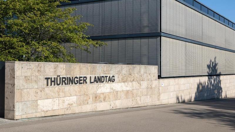 Ein Schild weist auf den Thüringer Landtag hin. Foto: Michael Reichel/dpa-Zentralbild/dpa/Archivbild