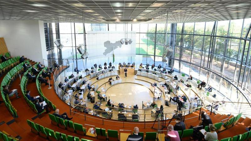 Die Abgeordneten sitzen im Sächsischen Landtag auf ihren Plätzen. Foto: Sebastian Kahnert/dpa-Zentralbild/dpa