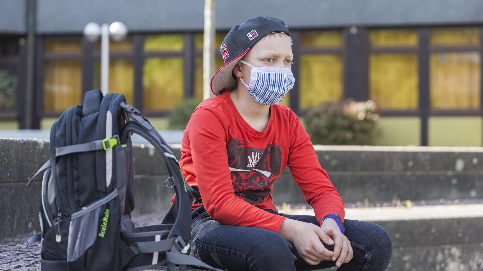 Die Maskenpflicht gilt an hessischen Schulen im Schulgebäude und auf dem Gelände - im Unterricht hingegen nur nach Anordnung des Gesundheitsamtes.
