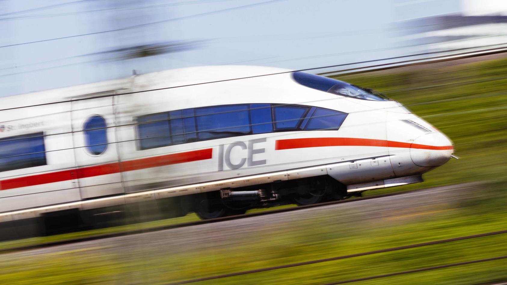 Ein ICE der Deutschen Bahn auf den Schienen am Bahnhof Köln Deutz. Köln, 04.05.2018 *** A ICE of the German course on t