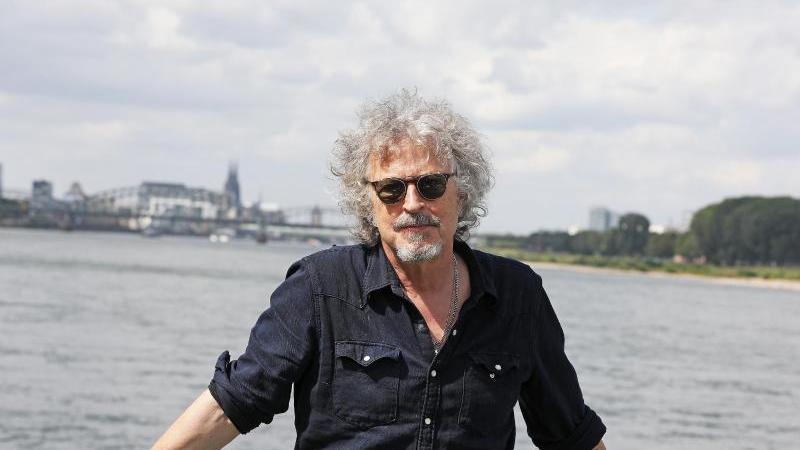 Der Musiker und Sänger Wolfgang Niedecken steht am Rhein. Foto: Oliver Berg/dpa/Archivbild
