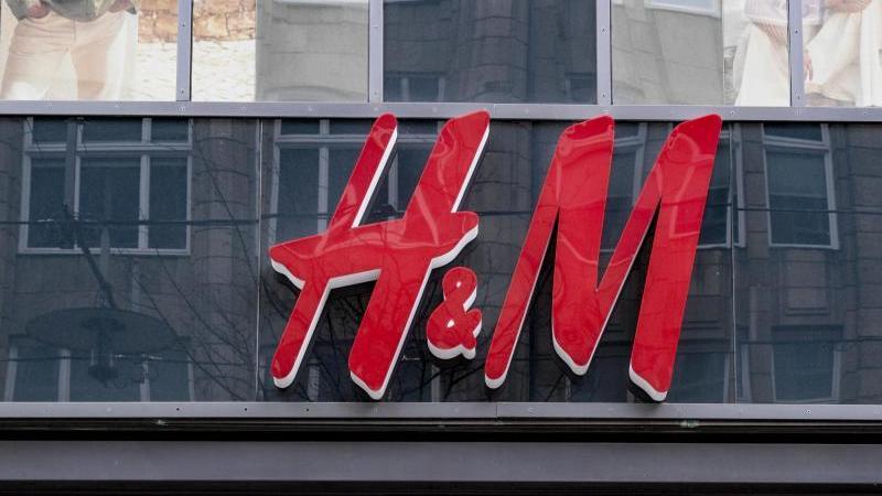 Aktuell sind noch 166 der insgesamt rund 5000 H&M-Filialen geschlossen. Foto: Axel Heimken/dpa