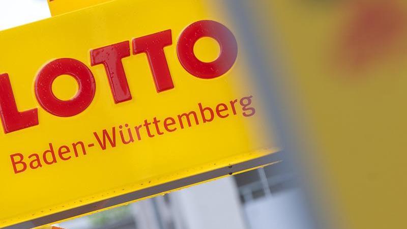 """""""Lotto Baden-Württemberg"""" steht auf einem Schild an einer Annahmestelle. Foto: Sebastian Gollnow/dpa/Archiv"""