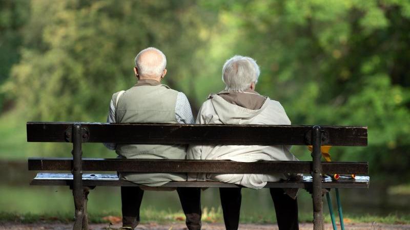 Zwei Rentner sitzen auf einer Bank. Foto: Sebastian Kahnert/dpa/Archivbild