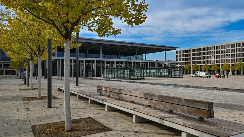 """Blick auf das Hauptterminal (l.) und ein Nebengebäude vom Flughafen Berlin Brandenburg """"Willy Brandt"""" (BER). Foto: Patrick Pleul/dpa-Zentralbild/dpa"""