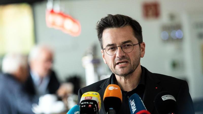 Thomas Kutschaty, SPD-Landtagsfraktionsvorsitzender in Nordrhein-Westfalen, spricht während einer Pressekonferenz. Foto: Federico Gambarini/dpa