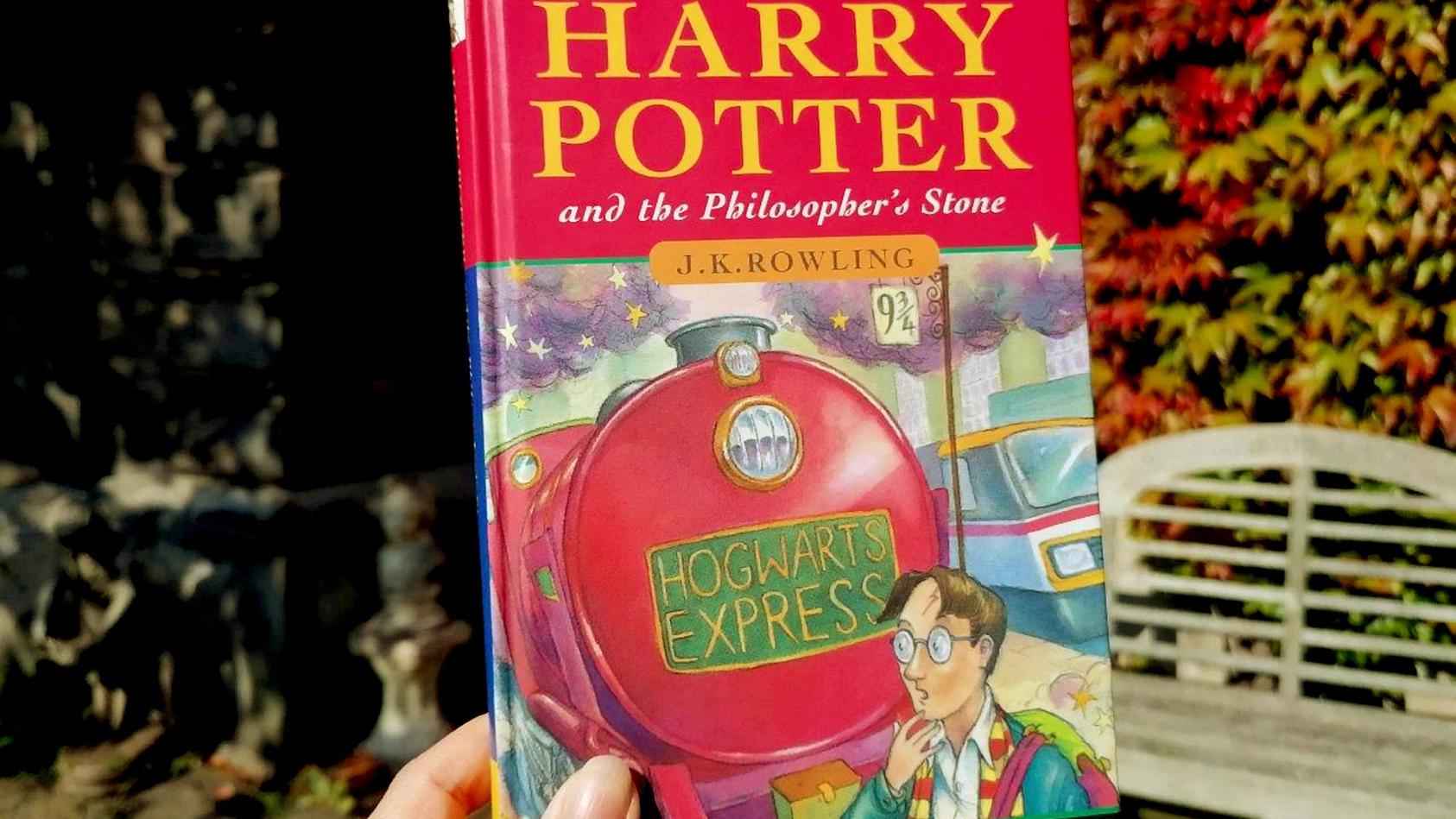 """Diese Erstausgabe von """"Harry Potter und der Stein der Weisen"""" soll umgerechnet knapp 55.000 Euro Wert sein."""