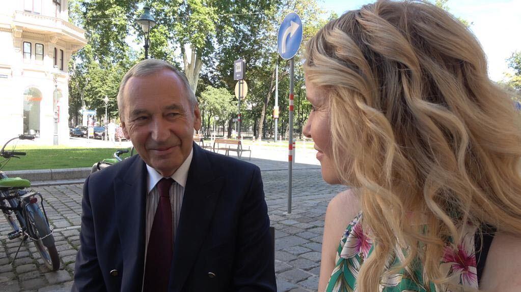 Prof. Dr. Dr. Johannes Huber (l.) im Gespräch mit Katja Burkard (r.).