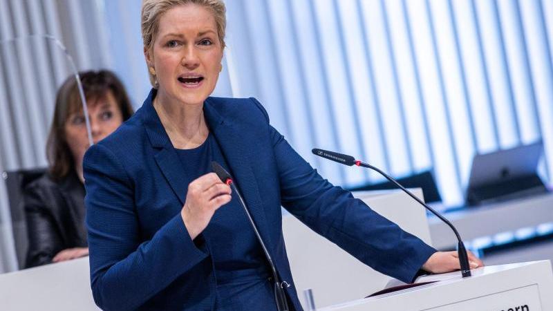 Manuela Schwesig (SPD) gestikuliert. Foto: Jens Büttner/dpa-Zentralbild/dpa/Archivbild