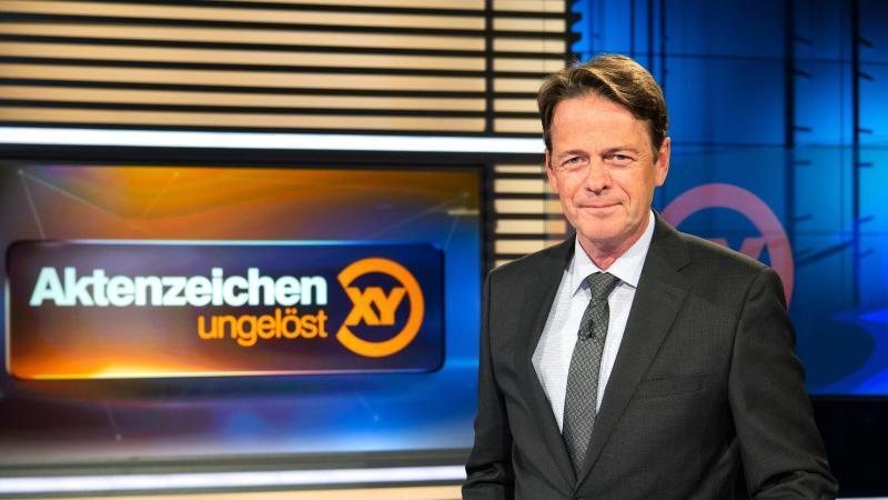 """ZDF-Moderator Rudi Cerne im Studio der Sendung """"Aktenzeichen XY ... ungelöst"""". Foto: Sina Schuldt/dpa/Archivbild"""