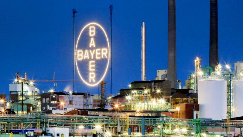 Das Bayer Werk in Leverkusen, fotografiert vom Rheinufer in Köln. Foto: Oliver Berg/dpa