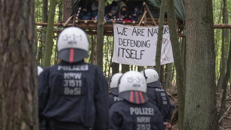 Polizei kommt zur Räumung des besetzten Waldes bei Stadtallendorf. Foto: Boris Roessler/dpa/Archivbild