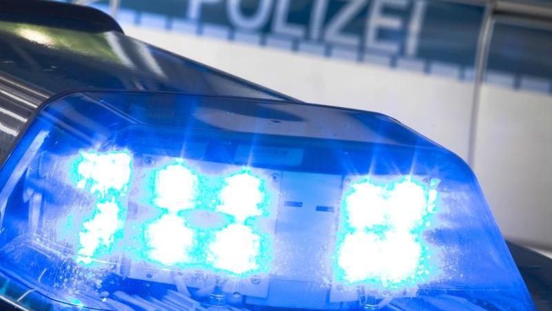 Ein Blaulicht leuchtet auf dem Dach eines Polizeiwagens. Foto: Friso Gentsch/dpa/Symbol