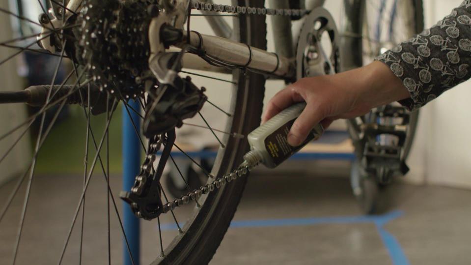 Fahrradkette wird geölt