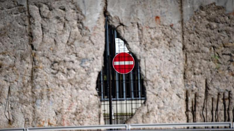 Ein Loch in der ehemaligen Grenzmauer. Foto: Paul Zinken/dpa-Zentralbild/dpa/Symbolbild