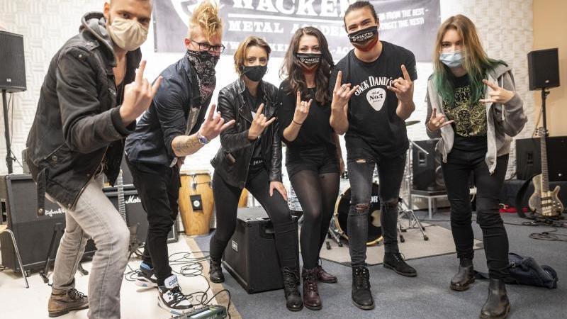Schüler des ersten Jahrgangs der Wacken Metal Academy stehen bei der Eröffnung im Bunker in der Hamburger Feldstraße zusammen. Foto: Axel Heimken/dpa/Aktuell