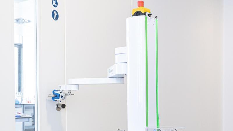 """Der Prototyp des Roboters """"DeKonBot"""" desinfiziert eine Türklinke. Foto: Rainer Bez/Fraunhofer IPA/dpa/Archivbild"""
