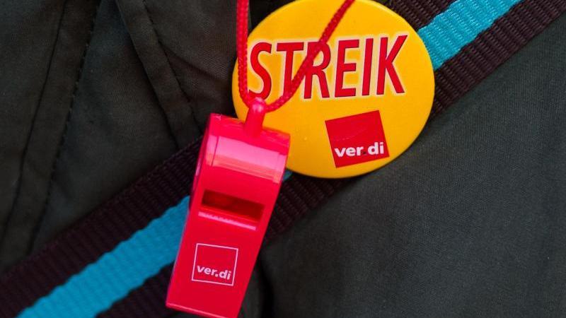 """Trillerpfeife und Button mit der Aufschrift """"Streik"""". Foto: Daniel Bockwoldt/dpa/Symbolbild"""