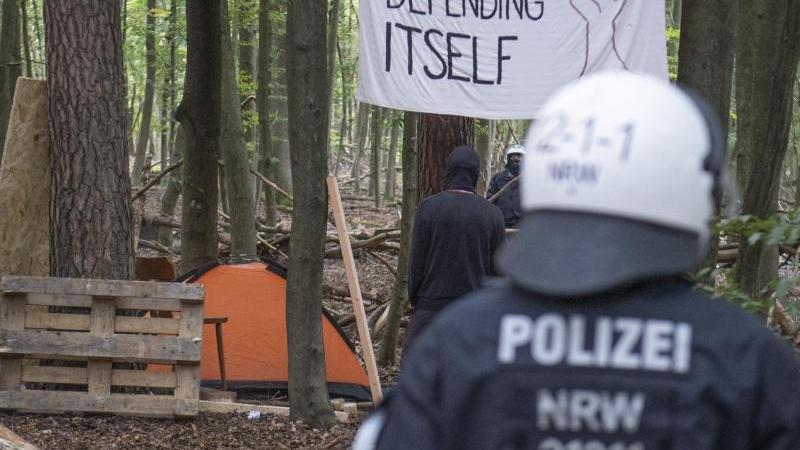 Die Polizei kommt zur Räumung des besetzten Waldes bei Stadtallendorf. Foto: Boris Roessler/dpa