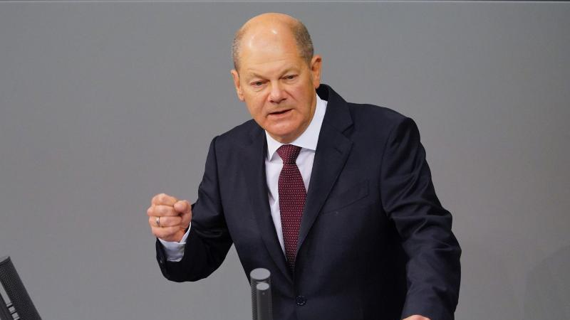 Olaf Scholz (SPD) spricht im Bundestag. Foto: Michael Kappeler/dpa/Archivbild