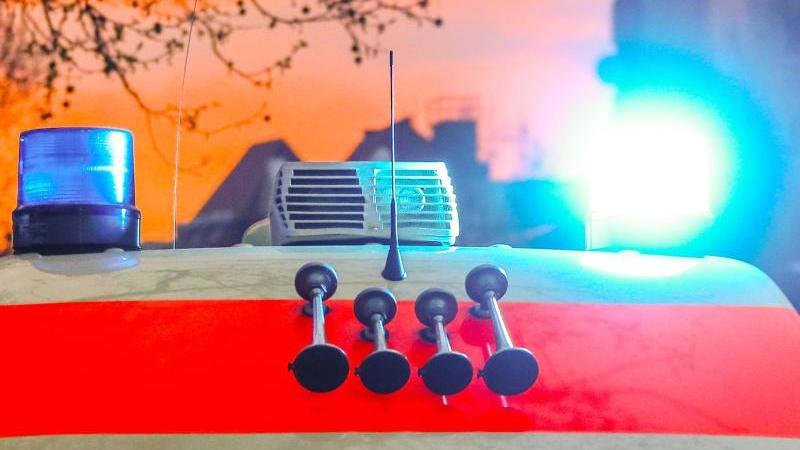 Ein Rettungswagen mit Blaulicht und Signalhorn. Foto: Hannibal Hanschke/dpa/Symbolbild