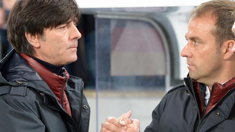 Joachim Löw und Hansi Flick geben sich die Hand. Foto: picture alliance / dpa/Archivbild