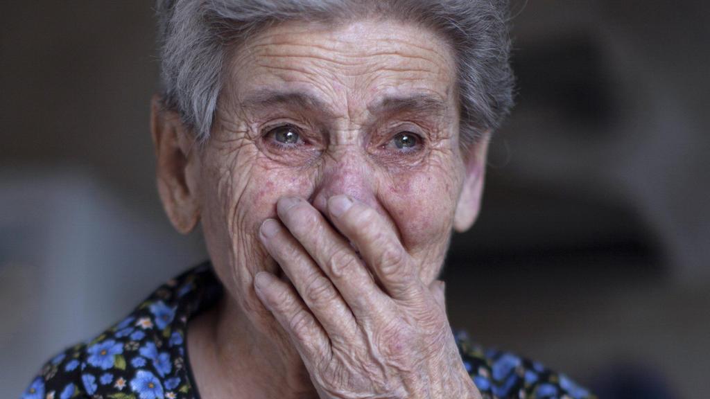 29.09.2020, Aserbaidschan, Martuni: Die Armenierin Rosa reagiert, nachdem ihr Haus während eines Beschusses beschädigt wurde. Die verfeindeten Südkaukasusrepubliken Armenien und Aserbaidschan haben sich den vierten Tag in Folge schwere Kämpfe um die