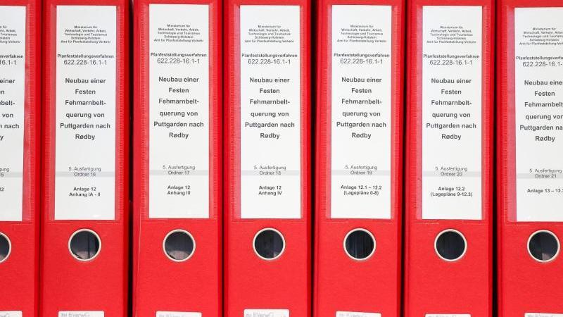 Aktenordner stehen vor Verhandlungsbeginn über Klagen gegen den umstrittenen Fehmarnbelttunnel am Bundesverwaltungsgericht. Foto: Jan Woitas/dpa-Zentralbild/dpa/Archivbild