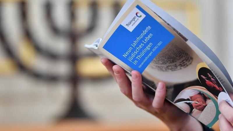 """Das Veranstaltungsprogramm des Themenjahrs """"Neun Jahrhunderte jüdisches Leben in Thüringen"""" wird in der Kleinen Synagoge präsentiert. Foto: Martin Schutt/dpa-Zentralbild/dpa/Archivbild"""